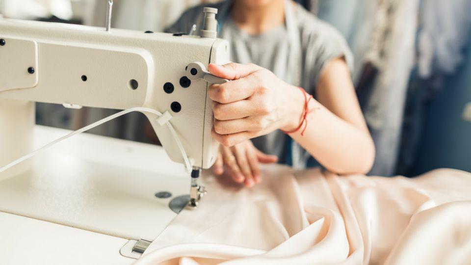 come si usa la macchina da cucire